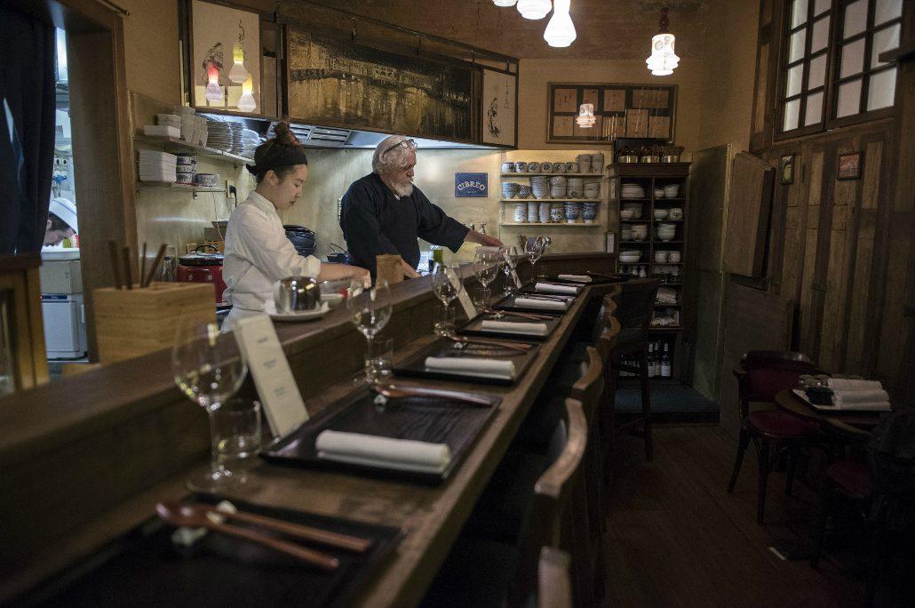 Fabio Picchi al bancone nel ristorante Cibleo