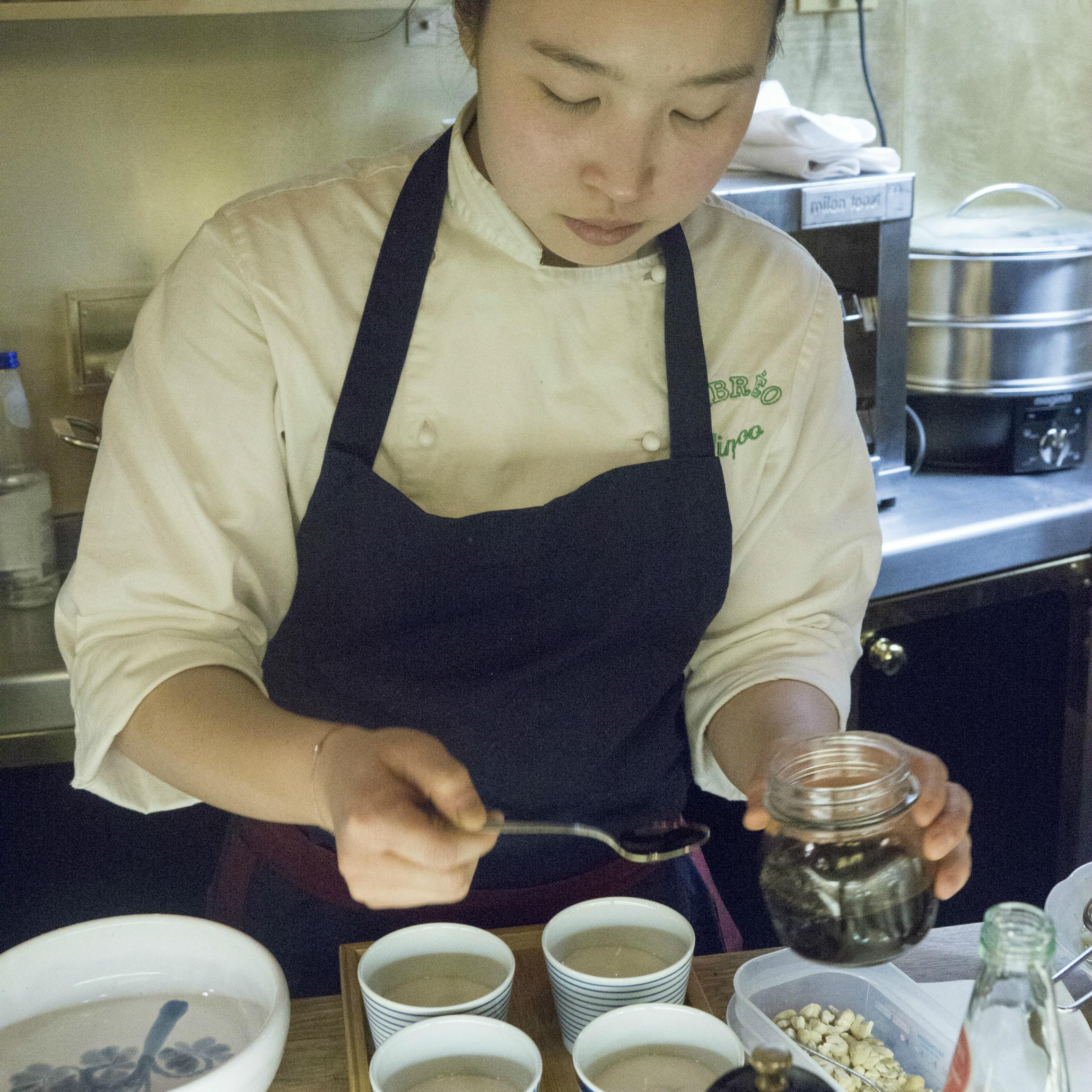 Cuoca asiatica mentre prepara il dessert